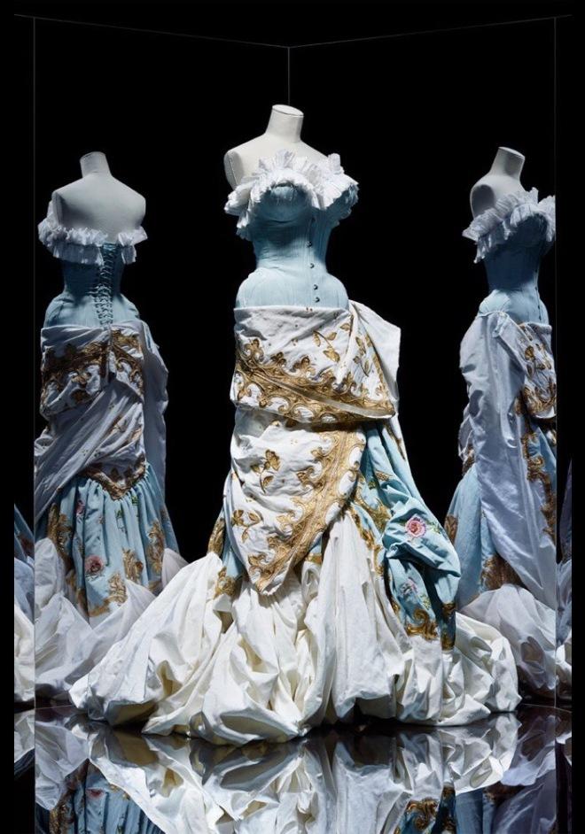 John Galliano pour Christian Dior. Haute couture automne-hiver 2004. Robe longue bustier en moire brodée. Paris, Dior Héritage. © Photo Les Arts Décoratifs, Paris / Nicholas Alan Cope